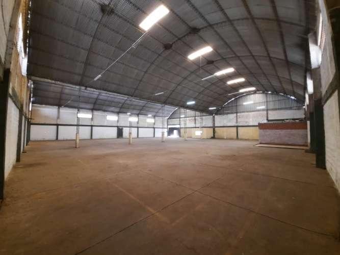 Alquilo en el parque industrial  amplio  galpón  completamente cubierto 785521547