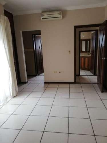 Vendo departamento para vivienda o para oficina de bajo trafico 2do anillo frente a la casa del camba1756669712