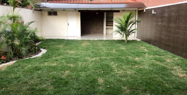 Vendo hermosa casa de un solo ambiente en barrio hilanderia radial 17.1/2 entre 4to y5to anillo sobre av rosita pochi al frente de consominio cerrado 1481380341