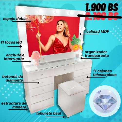 Mueble de maquillaje con espejo y luces. 1343688608