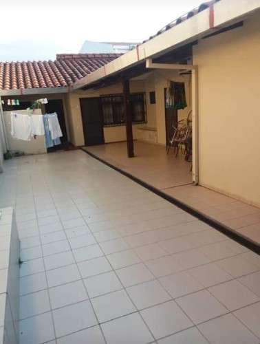 Amplia casa en venta  a una cuadra de la radial 27232726217